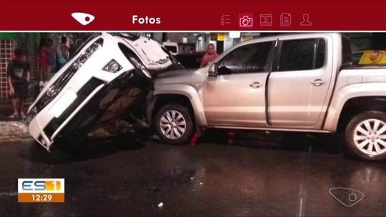 Carro tomba após acidente em cruzamento de Guarapari, no ES