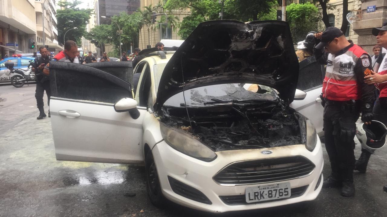 Assalto a filial das Lojas Americanas causa tiroteio e princípio de incêndio em carro no Centro do Rio