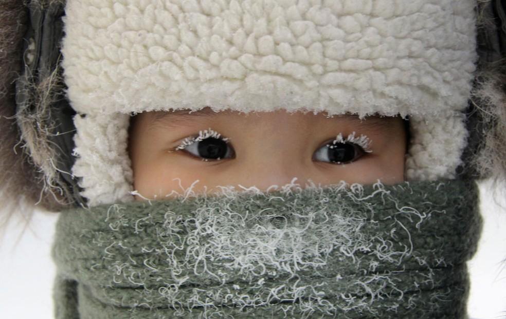 Menina fortemente agasalhada ficou com neve acumulada nos cílios em meio ao severo inverno na cidade siberiana de Yakutsk, na Rússia. A temperatura local chegou a 35 graus negativos. (Foto: Viktor Everstov/Reuters)