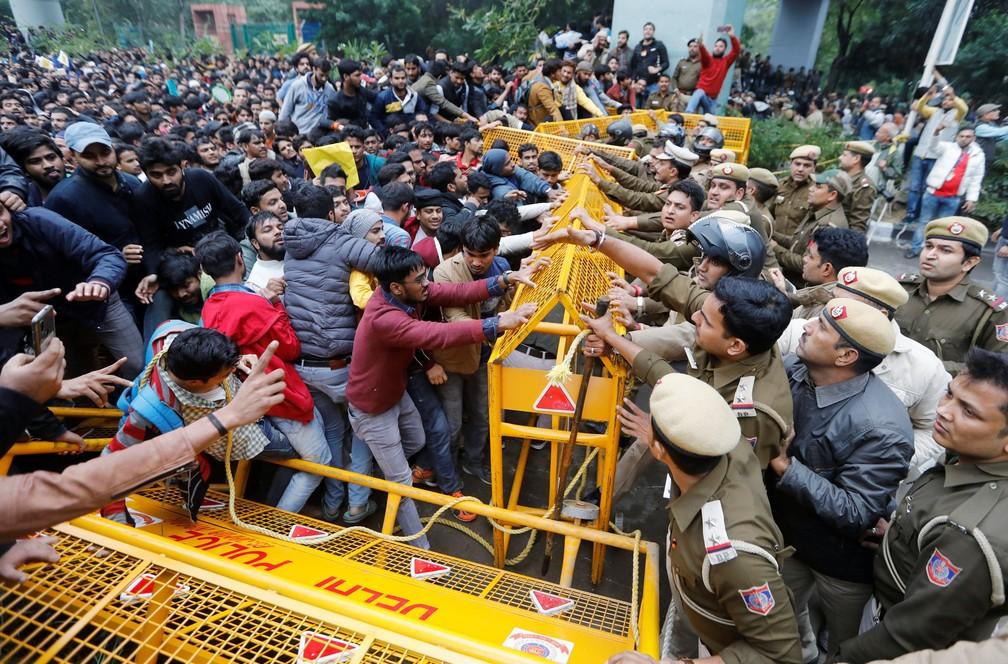 Indianos foram às ruas nesta sexta (13) para protestar contra o projeto de emenda à lei da cidadania do país, que não dá a muçulmanos os mesmos benefícios que membros de outras religiões.  — Foto: Adnan Abidi/Reuters