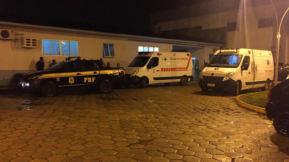 Vítimas estão sendo levadas para Hospital Regional de Vilhena — Foto: Renato Barros/Rede Amazônica