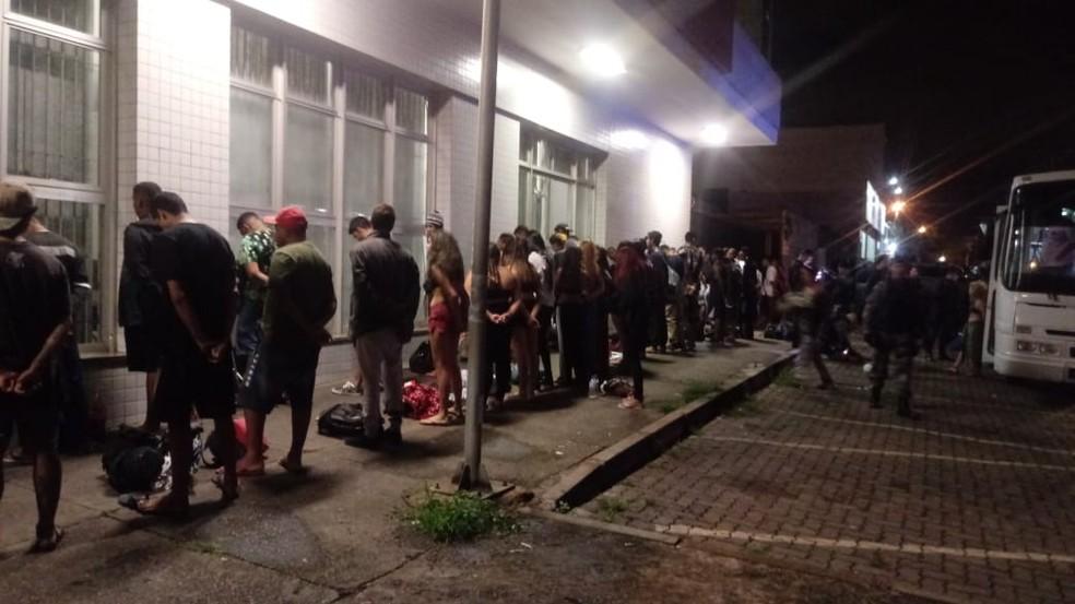 Jovens são revistados após PM parar 8 ônibus que iriam para uma festa rave na área rural do DF — Foto: PMDF/ Divulgação
