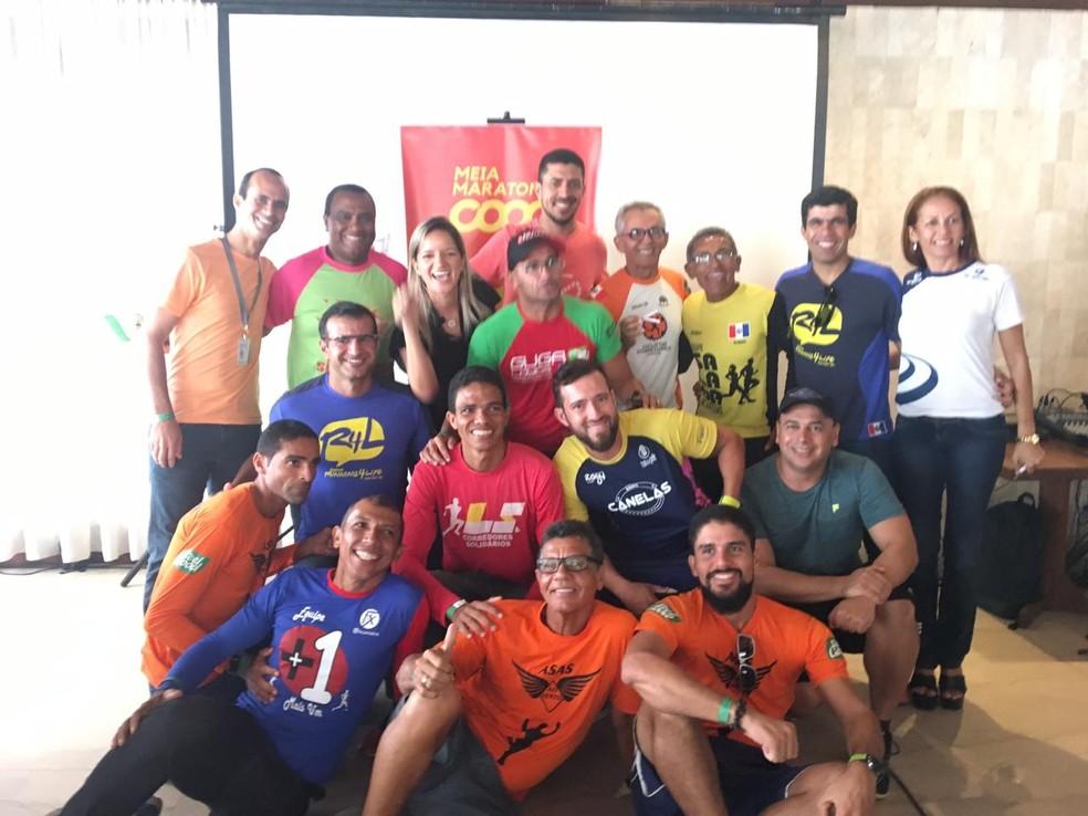 Atletas posam para foto no lançamento da meia maratona — Foto: Divulgação