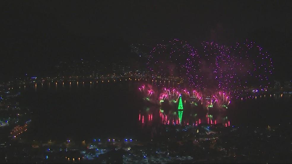 Vista aérea mostra o momento em que a árvore foi acesa sob a explosão de fogos de artifício que coloriram a Lagoa Rodrigo de Freitas — Foto: TVGlobo
