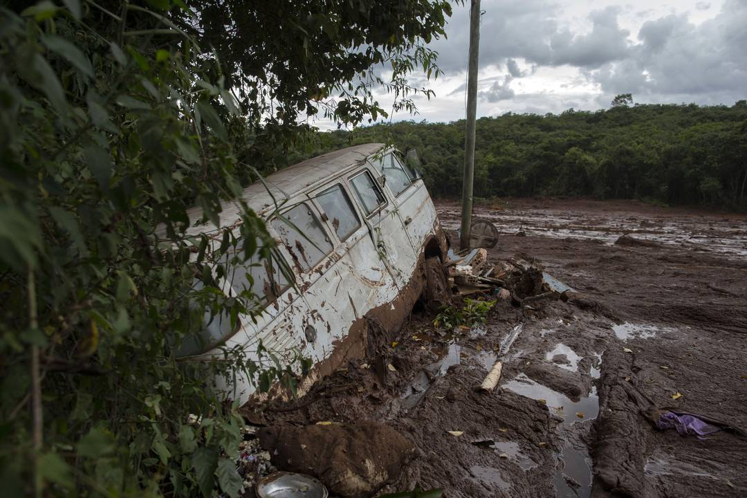 Uma van parcialmente soterrada pela lama é vista depois do rompimento da barragem da Vale em Brumadinho.
