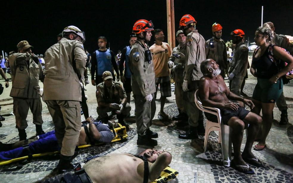 Bombeiros atendem feridos em Copacabana, no Rio, após carro invadir calçadão (Foto: Ian Cheibub/Agif/Estadão Conteúdo)