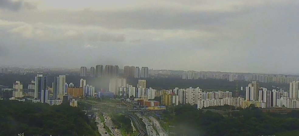 Salvador amanhece com chuva nesta sexta-feira (23) — Foto: Reprodução/TV Bahia