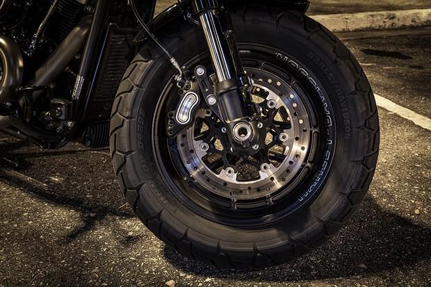 """Dianteira tem roda de 16"""" com pneu Dunlop 150/80 R16 e disco de freio duplo com 300 mm de diâmetro (Foto: Daniel das Neves / Autoesporte)"""