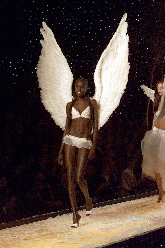 A sudanesa Alek Wek desfilou para a marca em 2001 (Foto: Getty Images)