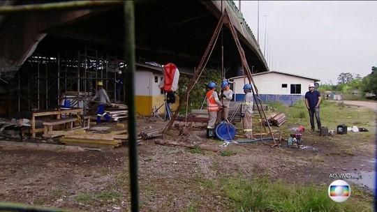 Técnicos fazem sondagem de solo no local onde viaduto cedeu em SP