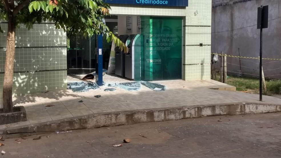 Explosões danificaram fachadas de agências bancárias em Sardoá — Foto: Alexandre Kapiche/InterTV dos Vales