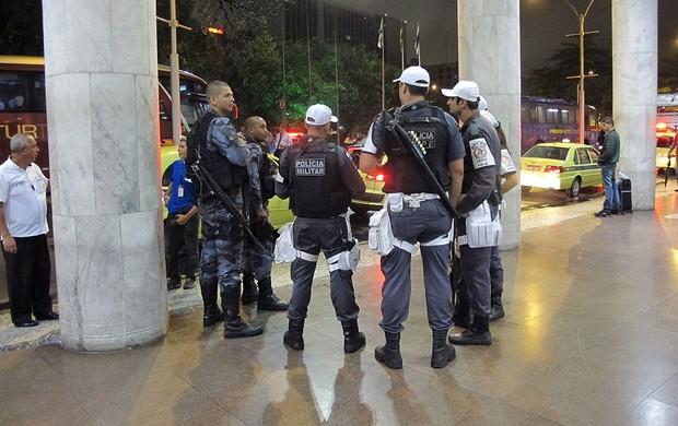 Escolta do gepe e choque para ronaldinho gaucho e Atlético-mg (Foto: Janir Junior / Globoesporte.com)