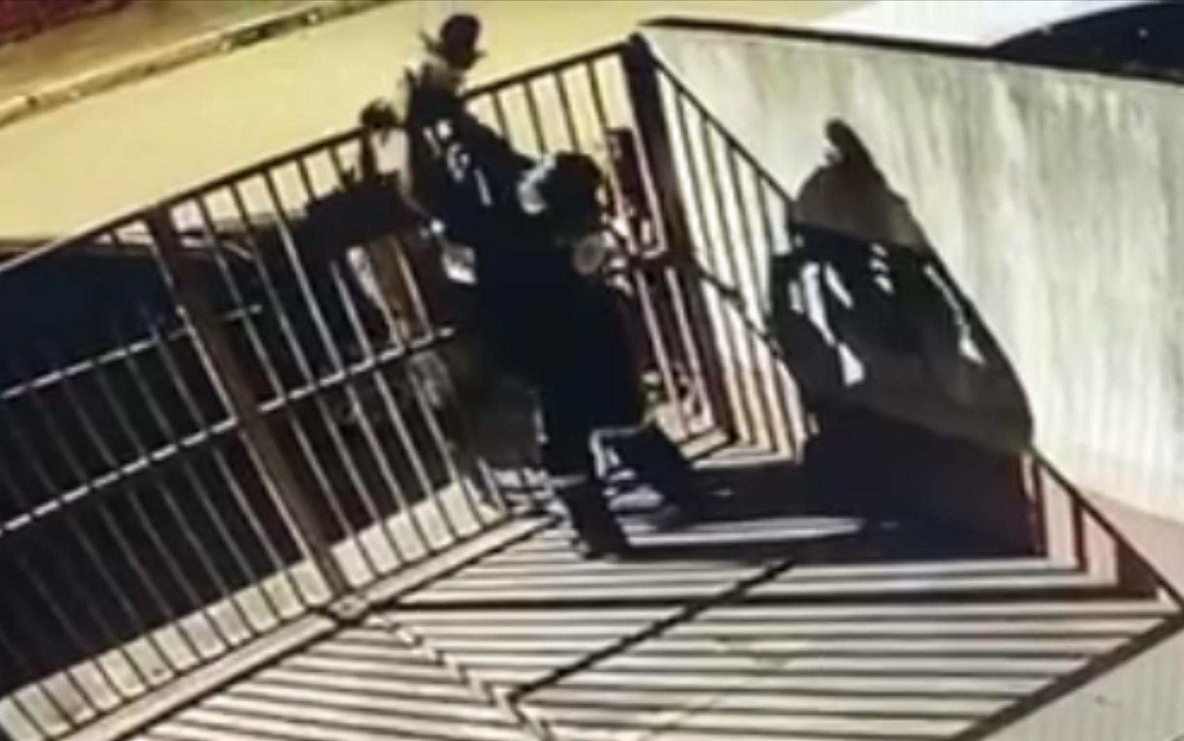 Mãe passa bebê que se engasgou com leite por cima de portão do Samu para que médico a socorresse; vídeo