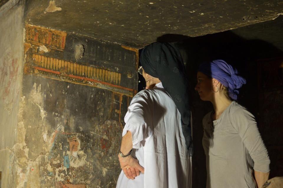 Arqueólogas Violeta Pereyra e Nina Verbeek na tumba (Foto: Divulgação)