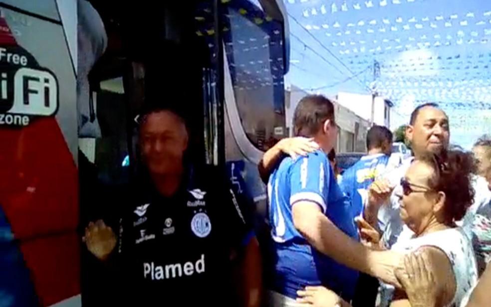 Torcedores são recebidos por familiares em Aracaju  (Foto: Mário Bezerra)