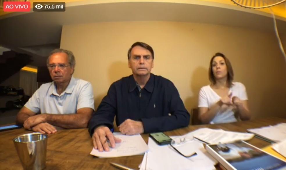 O candidato do PSL à Presidência, Jair Bolsonaro, durante uma transmissão ao vivo no Facebook na noite deste domingo (7) — Foto: Reprodução