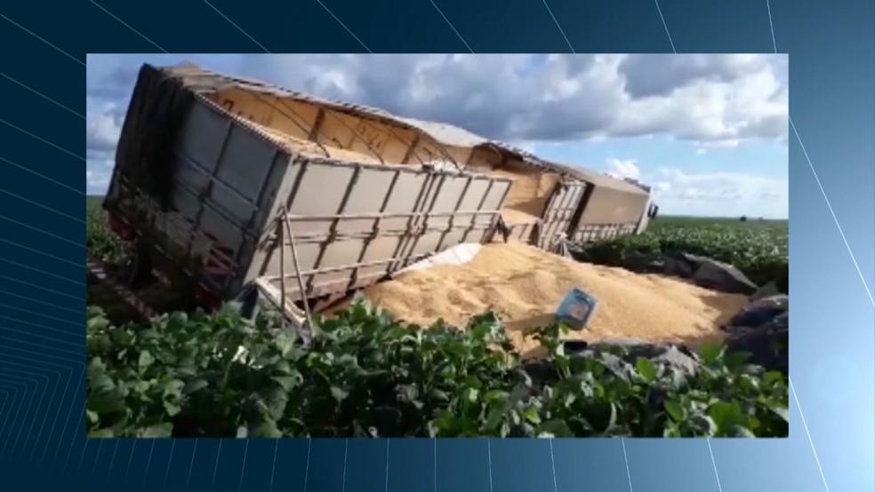 Por conta das péssimas condições nas estradas, os caminhões acabam tombando. (Foto: Reprodução/TV Mirante)