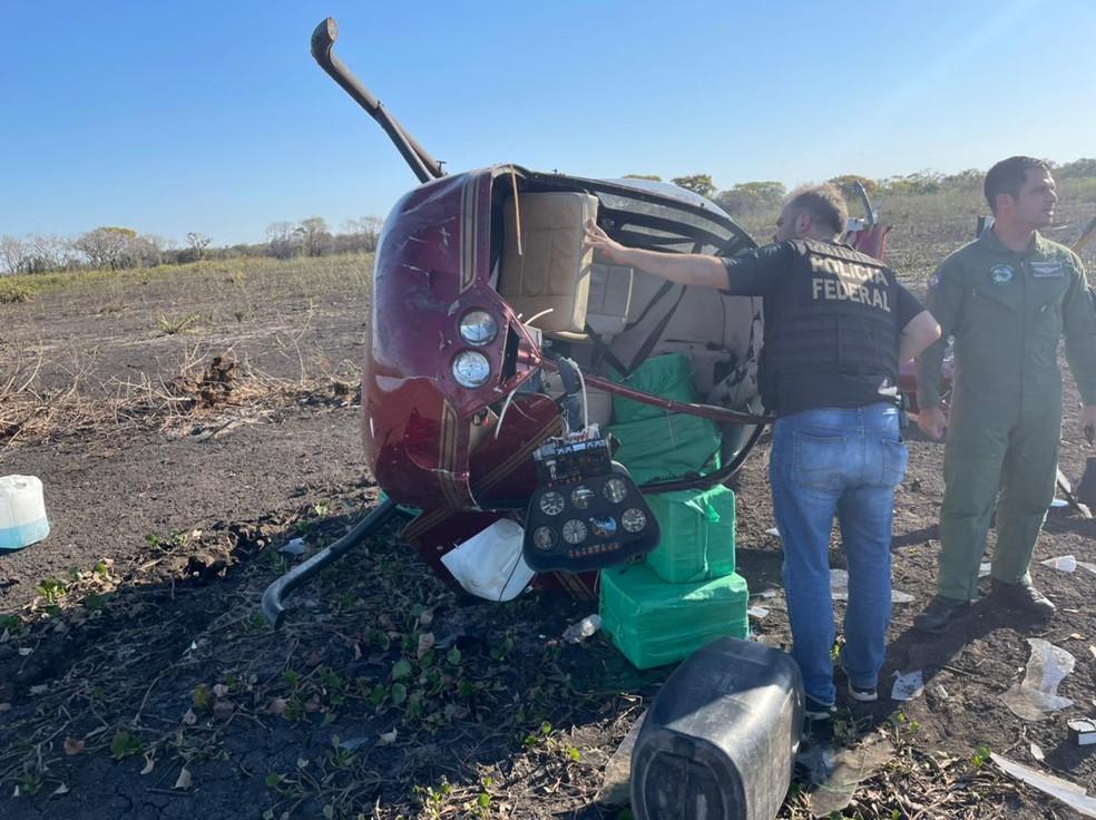 Helicóptero com aproximadamente 300 kg de cocaína caiu em Mato Grosso; suspeitos deixaram sacos da droga e fugiram — Foto: Ciopaer/MT