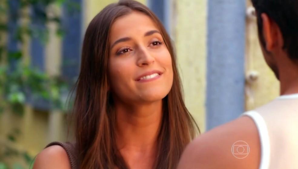Carol (Maria Joana) promete ajudar Juliano (Bruno Gissoni) a conquistar Natália (Daniela Escobar) - 'Flor do Caribe' — Foto: Globo