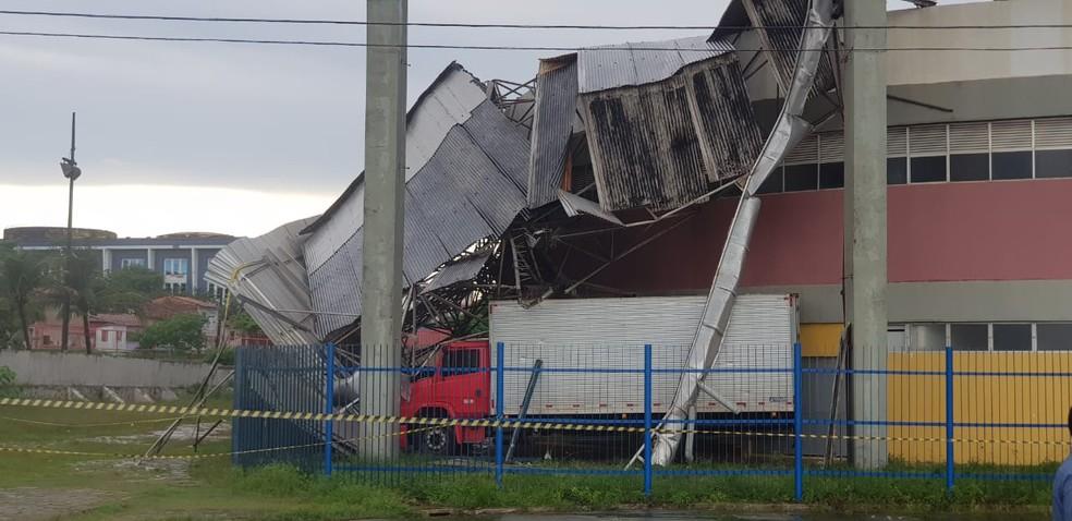 Estrutura metálica que sustenta o teto foi totalmente danificada. — Foto: Bruno Alves/G1 MA