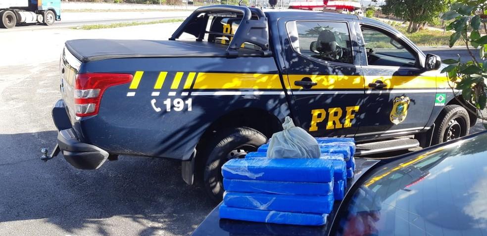 Droga estava escondida em um fundo falso no banco dos passageiros do carro — Foto: Divulgação/PRF