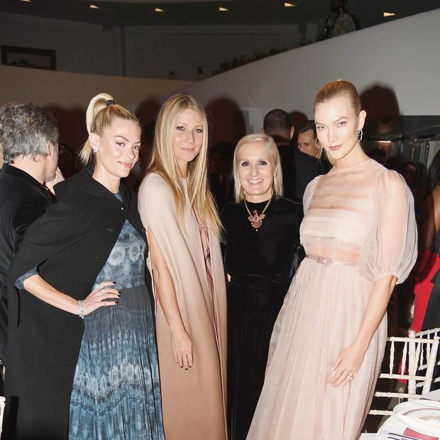 Jaime King, Gwyneth Paltrow, Maria Grazia Chiuri e Karlie Kloss no gala (Foto: Getty Images)