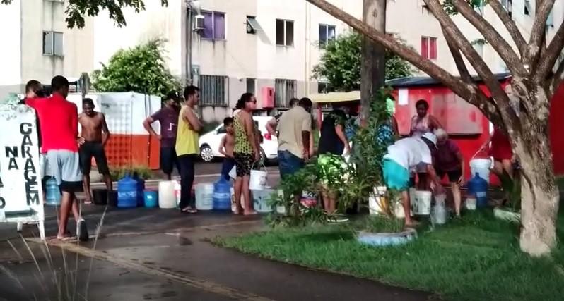 Após pane elétrica, moradores fazem fila para conseguirem água em habitacional de Macapá