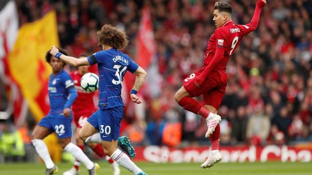 David Luiz e Firmino disputam a bola no meio de campo