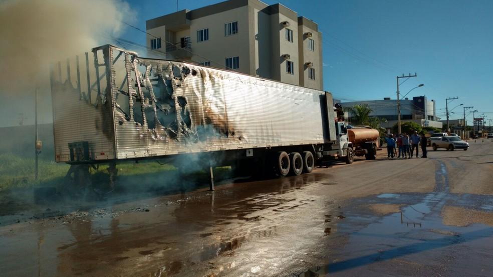 Baú do caminhão ficou parcialmente destruído (Foto: Edivaldo Braga/ Blog do Braga)