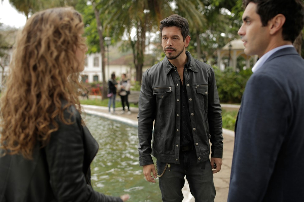Alain diz que Isabel é página virada e os dois são surpreendidos pela jornalista — Foto: Felipe Nahon/Gshow