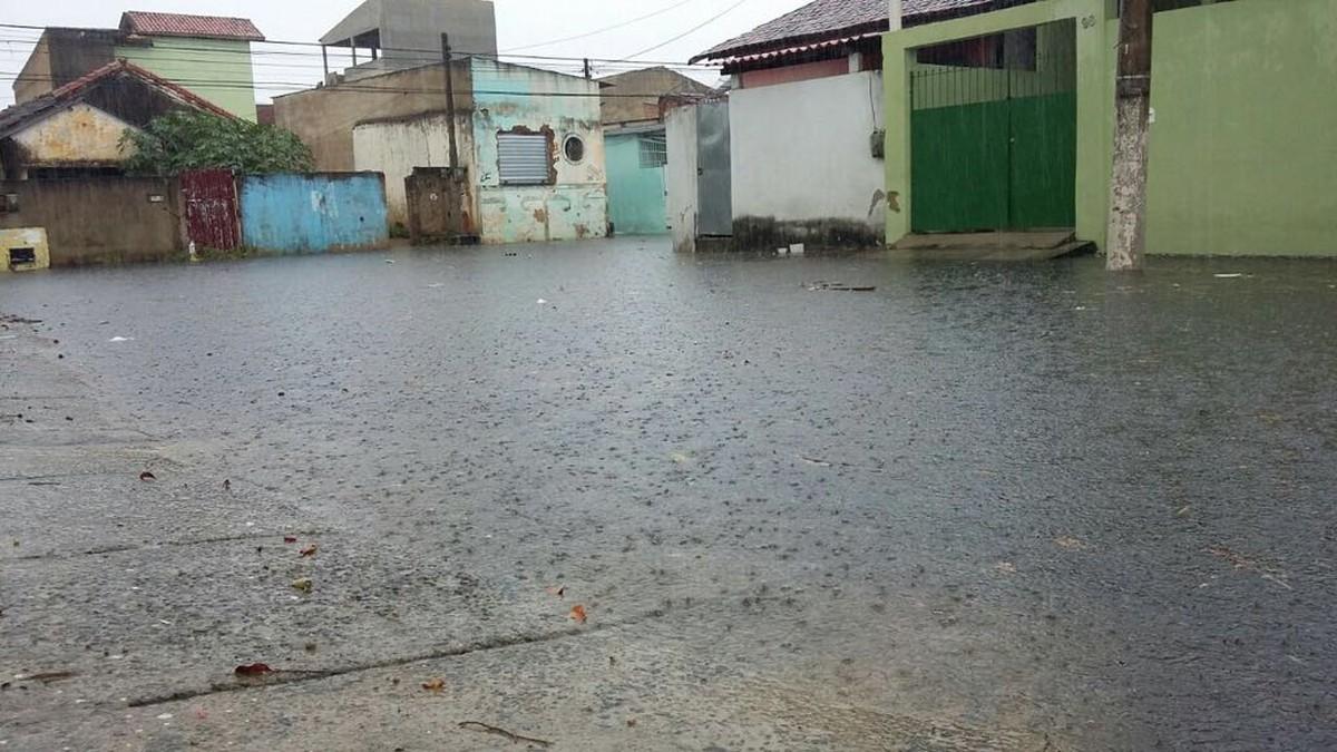 Chuva causa alagamentos em bairros de Campos, no RJ