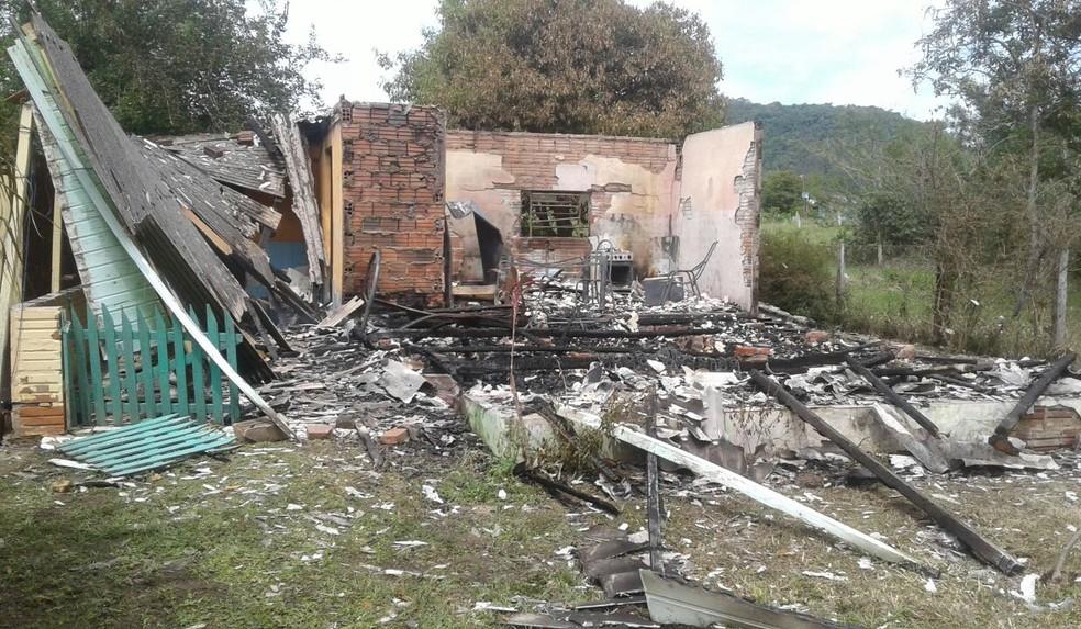 Parte de madeira e móveis da casa ficaram destruídos pelo fogo (Foto: André R. Herzer/Jornal Ibiá)