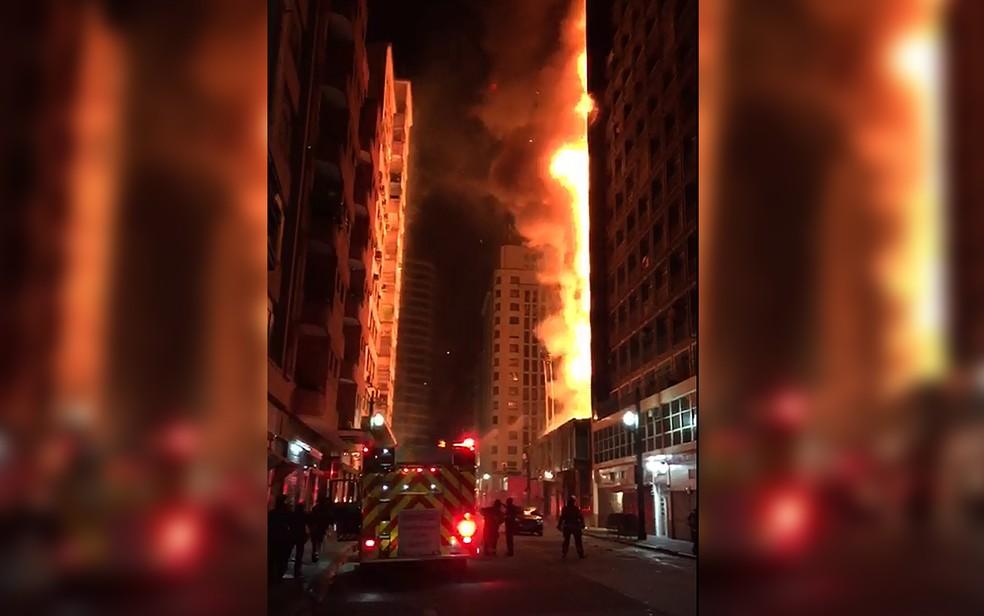 Incêndio atinge prédio na região central de São Paulo (Foto: Victor Hinckel/Arquivo Pessoal)