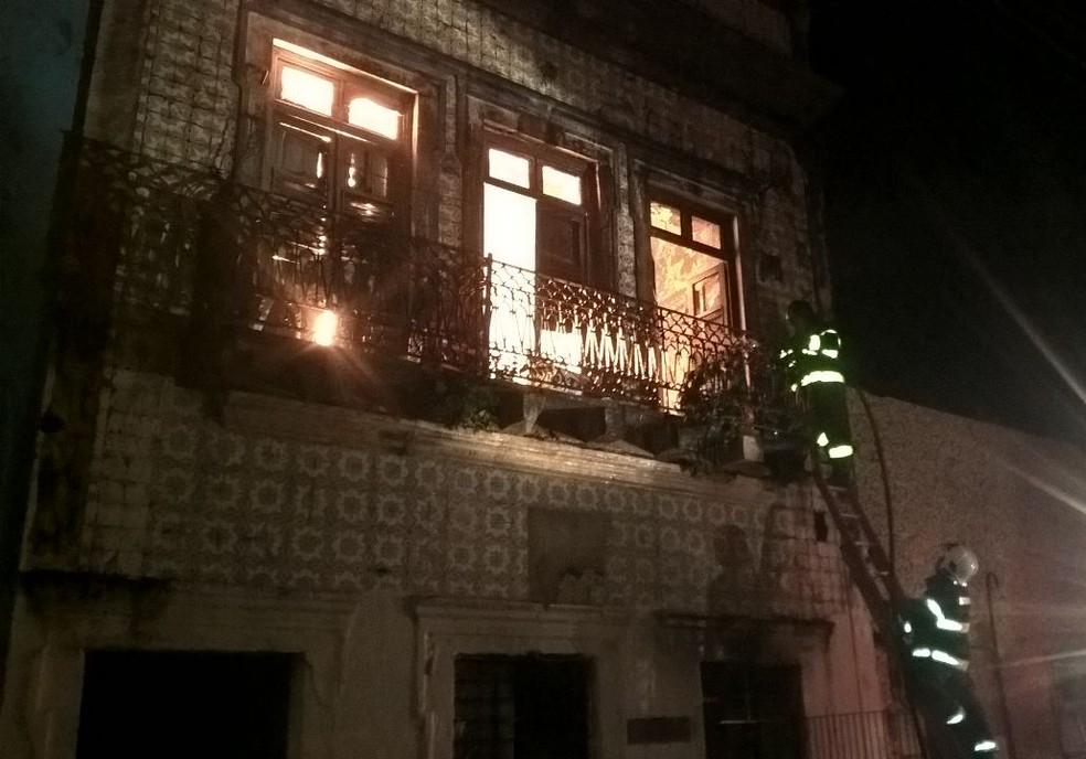 Incêndio atingiu casarão na Rua da Glória, no bairro da Boa Vista (Foto: Corpo de Bombeiros/Divulgação)