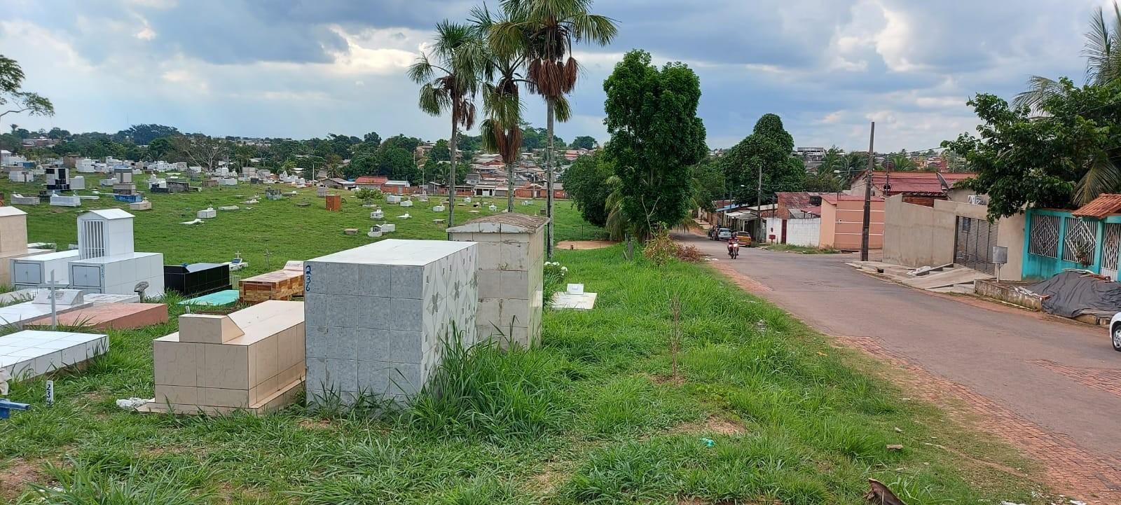 A duas semanas do Dia de Finados, cemitérios públicos de Rio Branco têm mato alto e muros quebrados
