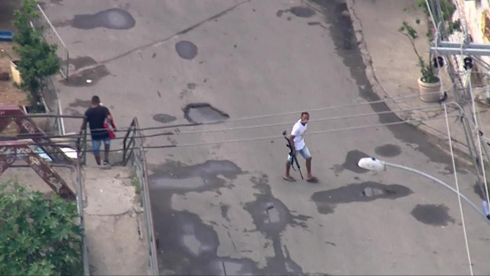 Bandido armado com fuzil circula por rua da Cidade de Deus — Foto: Reprodução / TV Globo