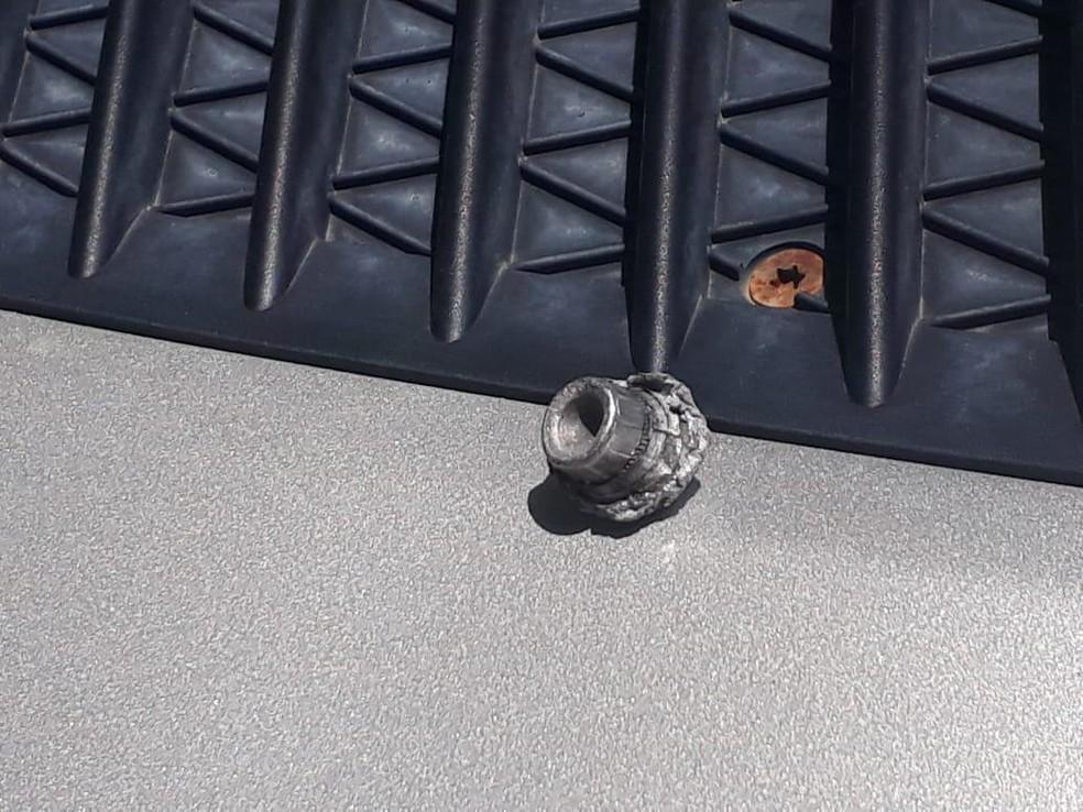 Bala ficou alojado na porta traseira da van — Foto: Reprodução/Redes Sociais