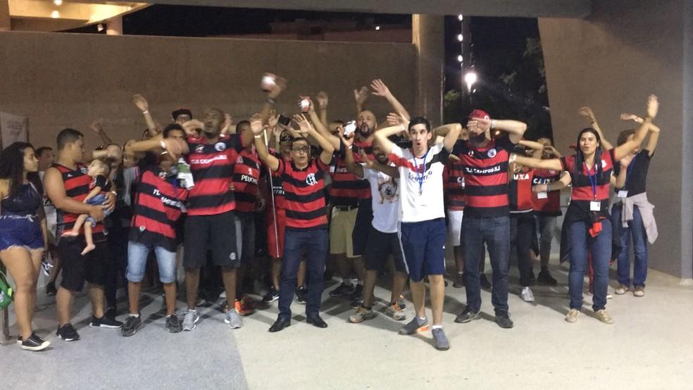 Torcedores da embaixada Fla-Campos em partida contra o Sport, no Maracanã (Foto: Fabio Cardoso)