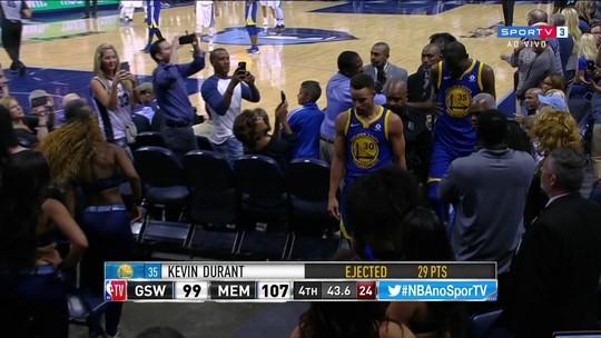 """Curry admite merecer expulsão, mas rebate: """"Não joguei o protetor no árbitro"""""""
