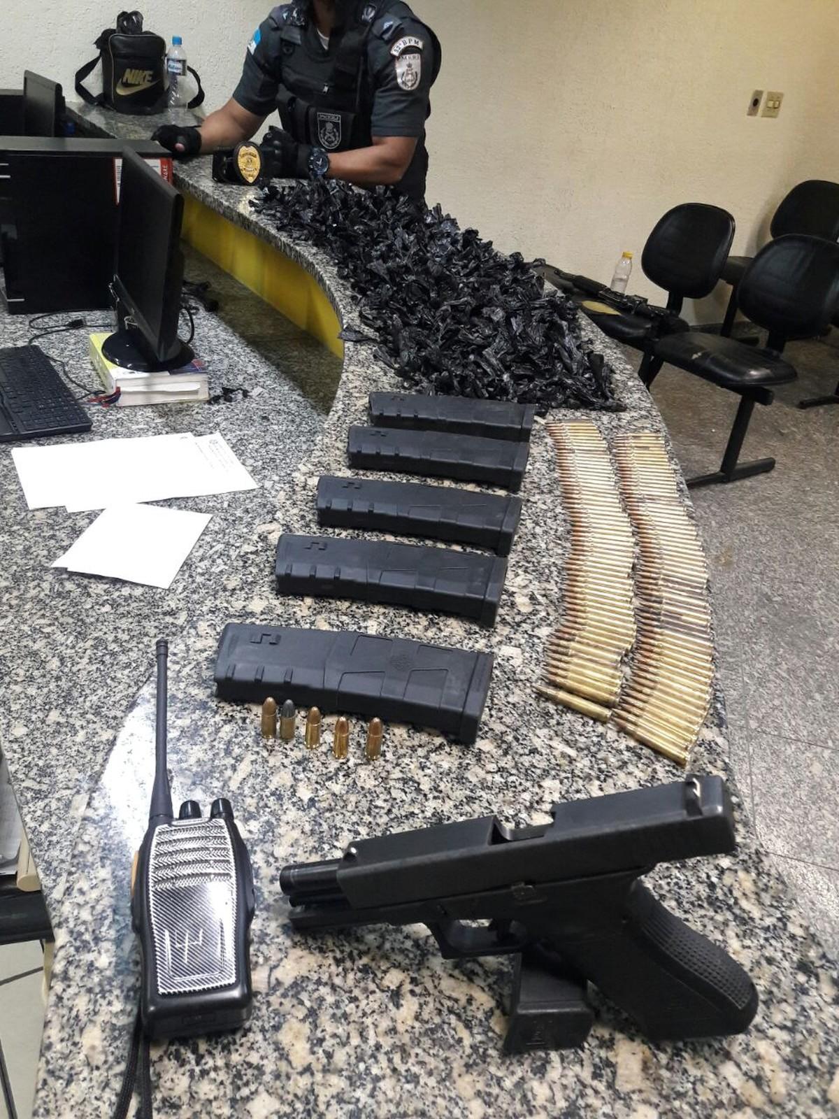 Homem é detido dentro de casa com droga, arma e munição para fuzil em Macaé, no RJ