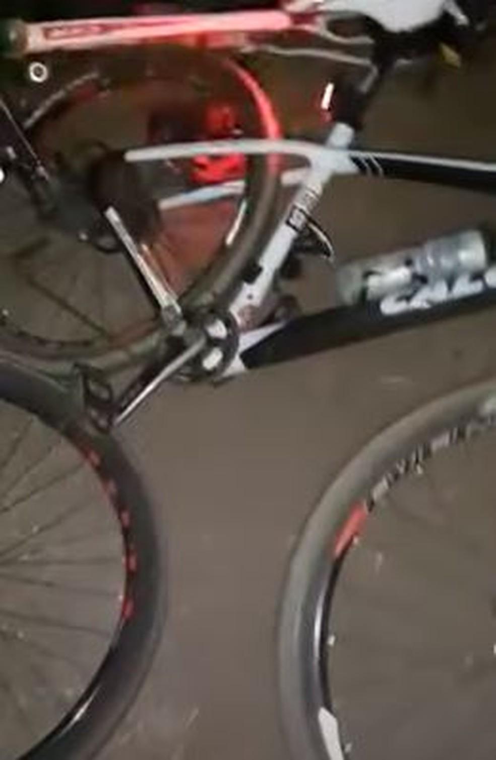 Imagens mostram as bicicletas danificadas após o acidente — Foto: Reprodução
