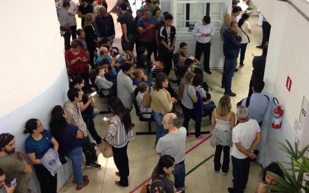 Pacientes formam fila em unidade de saúde do ABC para tomar vacina contra a febre amarela; alta espera no serviço público pode ter impulsionado demanda na rede privada (Foto: Glauco Araújo/G1)