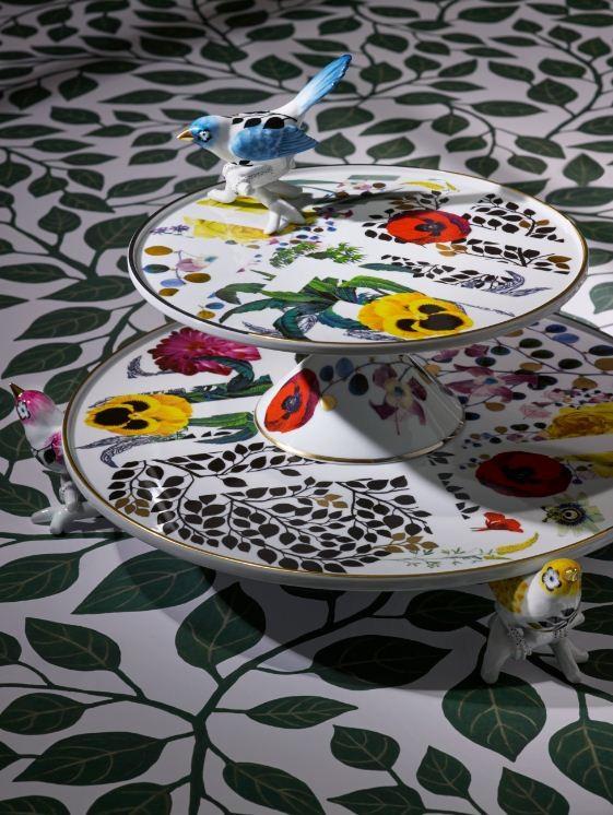 As peças são pintadas à mão com cores vibrantes e detalhes em dourado (Foto: Divulgação)