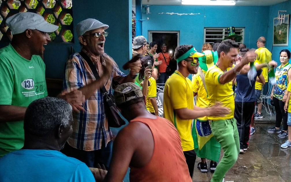 Cubanos se reúnem para torcer pelo Brasil na Copa do Mundo da Rússia na cidade cubana de Bauta (Foto: Adalberto Roque/AFP)