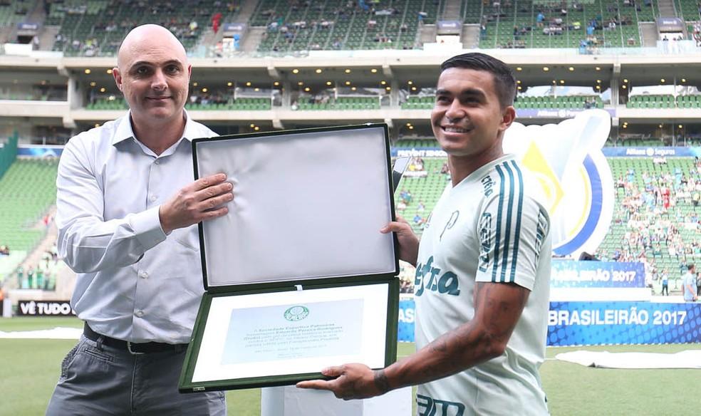 Dudu recebeu placa por golaço marcado contra o São Paulo, em 2017 — Foto: Cesar Greco/Palmeiras