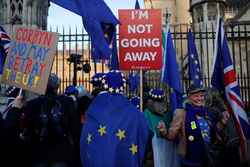 Manifestantes contra o Brexit protestam ao lado do Parlamento nesta quarta-feira (27) — Foto: Alkis Konstantinidis/Reuters