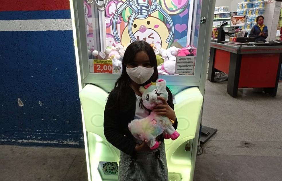 Em apenas dois meses, Maria Clara pegou mais de 50 ursinhos de pelúcia em máquina instalada em supermercado de Mairinque. — Foto: Arquivo Pessoal