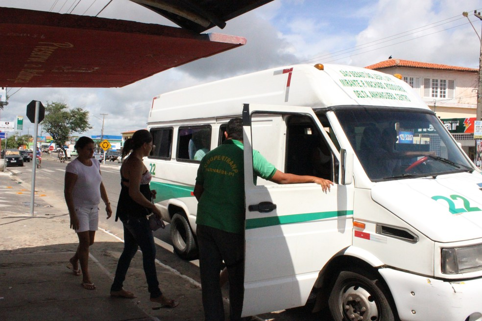 Vans e microônibus fazem diariamente o transporte de passageiros noPiauí — Foto: Josiel Martins