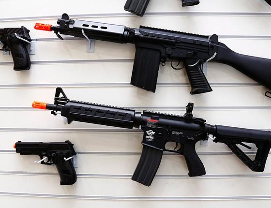 Armas de airsoft em estande de tiro. Em alguns países, como o Canadá, as armas de alta pressão estão sujeitas ao mesmo controle das armas de fogo (Foto: UANDERSON FERNANDES/AGÊNCIA O GLOBO)