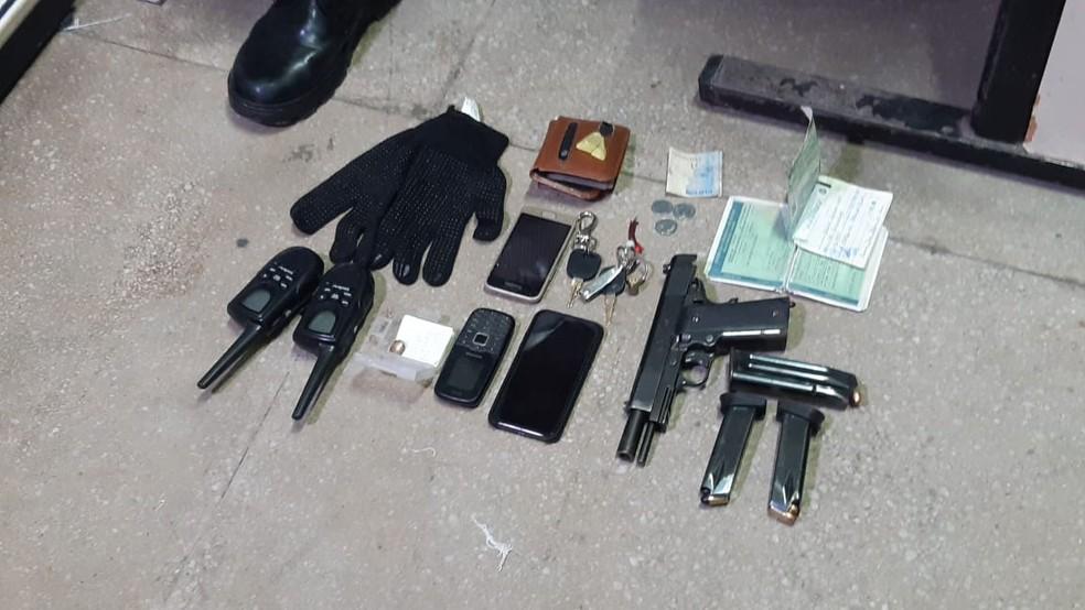 Com o ex-PM, expulso da corporação em 2010, a Polícia Civil apreendeu ainda uma pistola, carregadores e celulares, além de um veículo com marca de tiros e vidro quebrado. — Foto: Sérgio Henrique Santos/Inter TV Cabugi